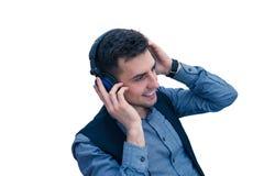 Lächelnder MannBüroangestellter, der einen Kopfhörer trägt lizenzfreies stockfoto