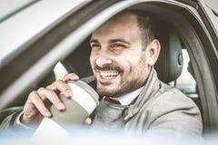 Lächelnder Mannholding-Tasse Kaffee stockfoto