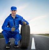 Lächelnder Mechaniker, der sich Daumen zeigt Lizenzfreie Stockfotos