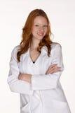 Lächelnder medizinischer Fachmann im Labormantel mit den Armen gefaltet Stockfotografie