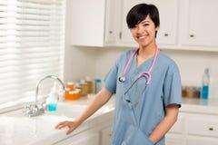 Lächelnder Mischrennen-Doktor oder Krankenschwester im Büro lizenzfreie stockfotos