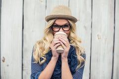 Lächelnder moderner blonder trinkender Kaffee draußen Stockbilder