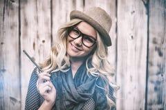 Lächelnder modischer blonder haltener Bleistift Lizenzfreies Stockbild