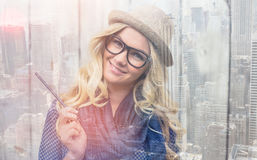 Lächelnder modischer blonder haltener Bleistift Lizenzfreie Stockfotografie
