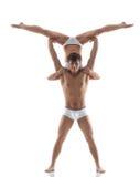 Lächelnder muskulöser Akrobat hält Partner Lizenzfreie Stockfotografie