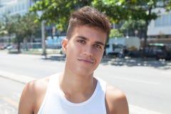 Lächelnder muskulöser Kerl in der Stadt stockfoto