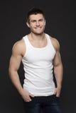 Lächelnder muskulöser Mann Lizenzfreie Stockfotos