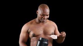 Lächelnder muskulöser Mann, der Protein hält stock footage