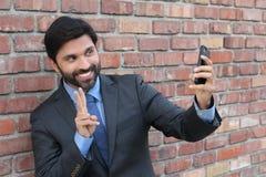 Lächelnder netter Geschäftsmann, der selfie Foto - Archivbild macht stockbild