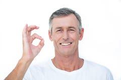 Lächelnder Patient, der Kamera und das Gestikulieren des okayzeichens betrachtet Lizenzfreie Stockbilder