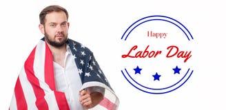Lächelnder patriotischer Mann, der Flagge Vereinigter Staaten hält Glücklicher Werktag lizenzfreie stockfotos