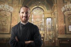 Lächelnder Priester stockbild