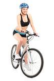 Lächelnder Radfahrer, der auf einem Fahrrad sitzt Stockfoto