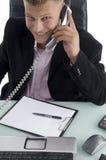 Lächelnder Rechtsanwalt, der am Telefon spricht Stockbild