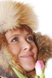 Lächelnder Redhead in der warmen Haube lizenzfreies stockfoto