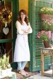 Lächelnder reifer Frauen-Florist At Flower Shop lizenzfreies stockfoto
