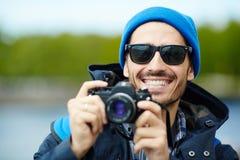 Lächelnder Reise-Fotograf Stockfotos