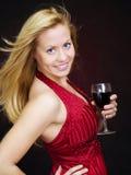 Lächelnder schöner Frauenholding Wein und celebrati Stockfotos