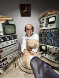 Lächelnder schüchterner Wissenschaftler, der Geschäftsmannhand rüttelt Stockfotos