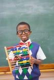 Lächelnder Schüler, der Abakus hält Lizenzfreies Stockfoto