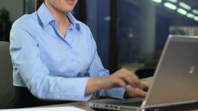 Lächelnder schließender Laptop und Niederlegen der Firmenarbeitskraft des Amtes, Ende des Arbeitstags, Ende stock footage