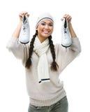 Lächelnder Schlittschuhläufer der weiblichen Abbildung hält Rochen Stockbilder