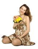 Lächelnder schwangerer Brunette mit Blumen Stockbilder