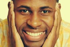Lächelnder schwarzer Mann lizenzfreies stockfoto