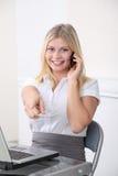 Lächelnder Sekretär mit Handy Stockfotos