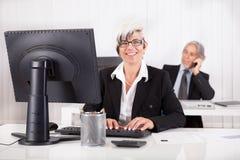 Lächelnder Sekretär oder persönlicher Assistent Stockbilder