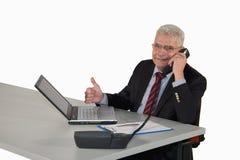 Lächelnder Senior Manager, der oben Daumen aufwirft Lizenzfreies Stockfoto