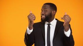 Lächelnder sexy afroer-amerikanisch Mann, der für Investition, Geschäftsangebot machend einlädt stock video