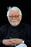 Lächelnder silberner behaarter Mann auf schwarzem Hintergrund lizenzfreie stockbilder