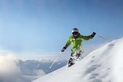 Lächelnder Skifahrer mit Ansicht Lizenzfreie Stockfotografie