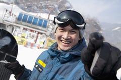 Lächelnder Snowboarder in Ski Resort Lizenzfreies Stockbild