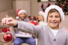 Lächelnder Sohn, der Flitter vor seiner Familie hält Lizenzfreie Stockfotografie