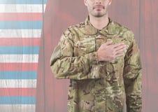 Lächelnder Soldat, der seine Hand auf sein Herz für Unabhängigkeitstag setzt Lizenzfreie Stockfotografie