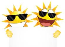 Lächelnder Sonne Emoticon, der ein leeres Zeichen hält Stockfoto