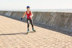Lächelnder sportlicher blonder Eislauf Lizenzfreie Stockbilder