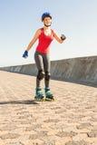 Lächelnder sportlicher blonder Eislauf Stockbilder