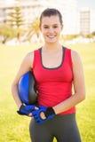Lächelnder sportlicher blonder haltener Sturzhelm Lizenzfreie Stockbilder