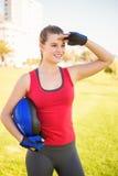 Lächelnder sportlicher blonder haltener Sturzhelm Stockfotografie