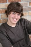 Lächelnder stattlicher Junge des jungen jugendlich stockfotografie
