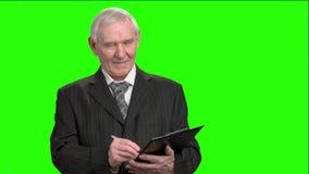 Lächelnder Steuerinspektor, der auf Klemmbrett notiert stock video