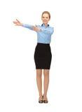 Lächelnder Stewardess, der Richtung zeigt stockbild
