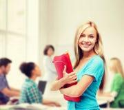 Lächelnder Student mit Ordnern Lizenzfreie Stockfotografie