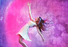 Lächelnder Tänzer auf dem Tanzboden Stockbild