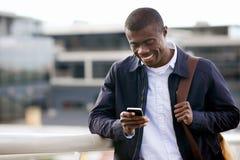 Lächelnder Telefonafrikanermann Stockbild