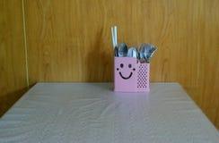 Lächelnder Tischbesteckkasten, denken positives lizenzfreie stockfotos
