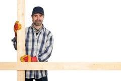 Lächelnder Tischler, der die Planken anhält Stockfoto